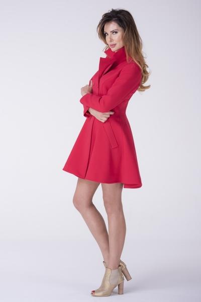 Czerwony rozkloszowany płaszcz